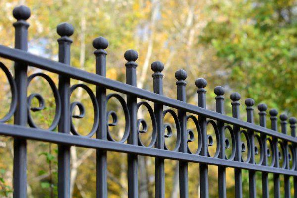 از-جو-پادر-بپرسید-4-اثر-فارادی-هنگام -رنگ-آمیزی-حصار-فلزی